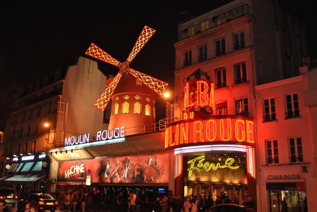 La tipica foto accanto al Moulin Rouge