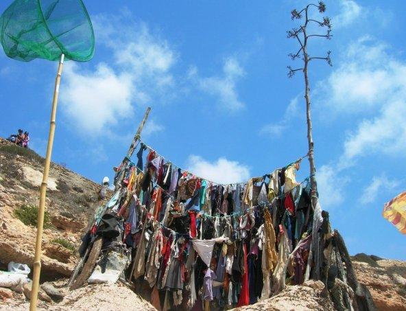 Monumento di stracci a Lampedusa