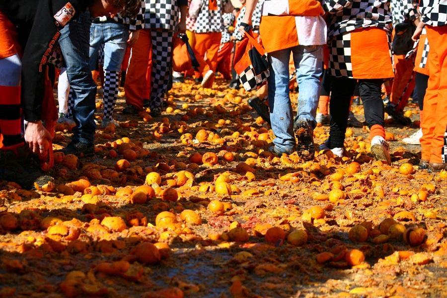 Lo storico Carnevale di Ivrea fra vestizioni e battaglie di arance