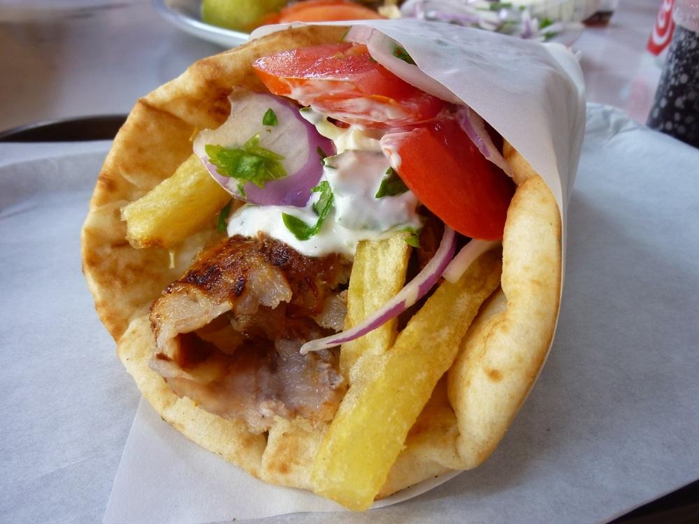 Il pranzo pratico e gustoso in Grecia; gyros pita