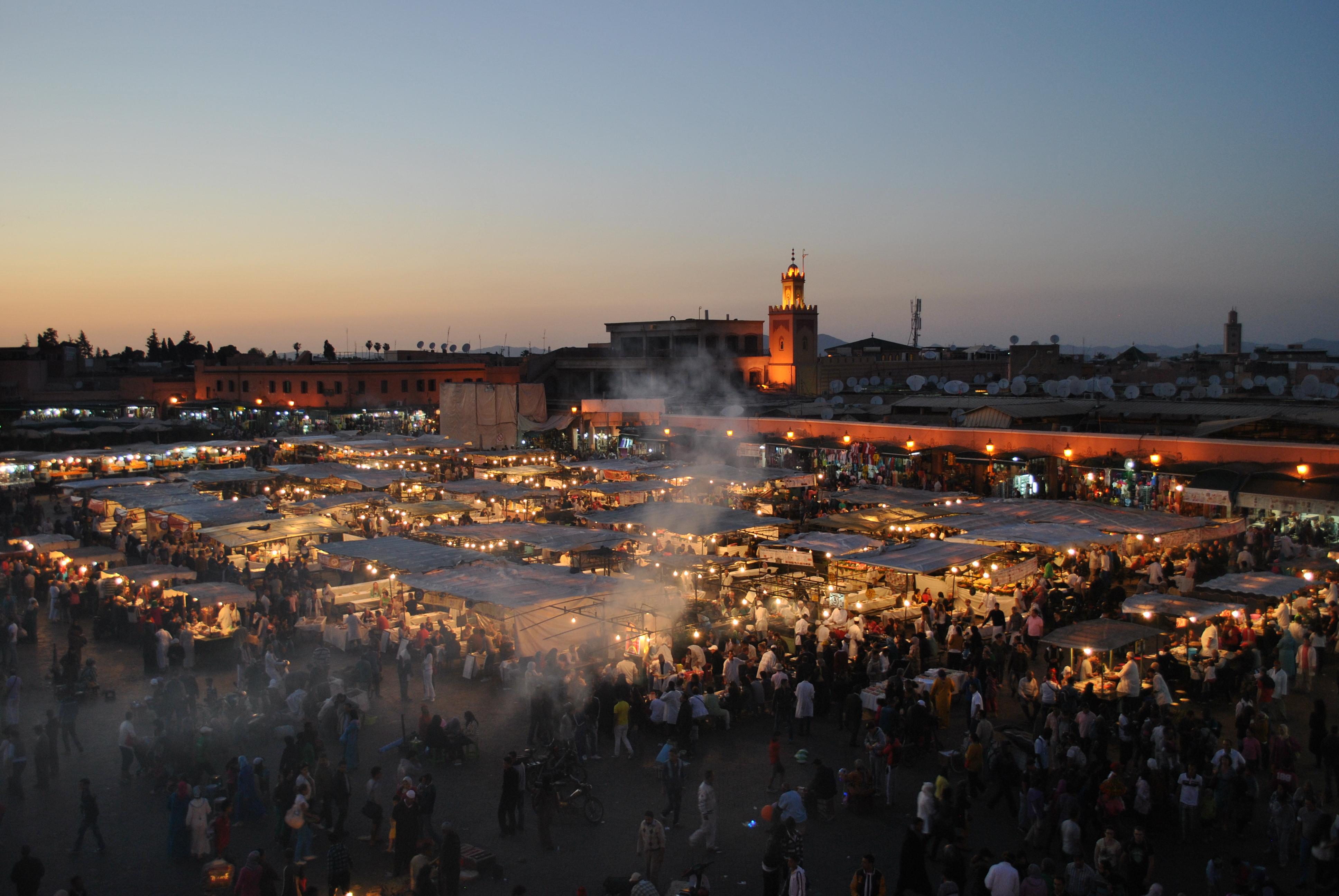 Cala la sera su Piazza Djemaa el Fna