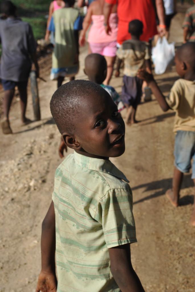 I bambini spesso inseguono i passanti per avere qualche dono