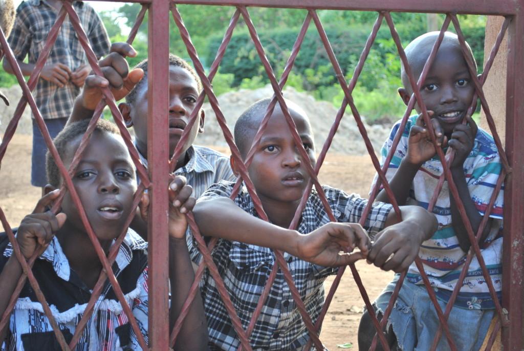 I bambini che aspettano fuori dall'orfanotrofio di Malindi