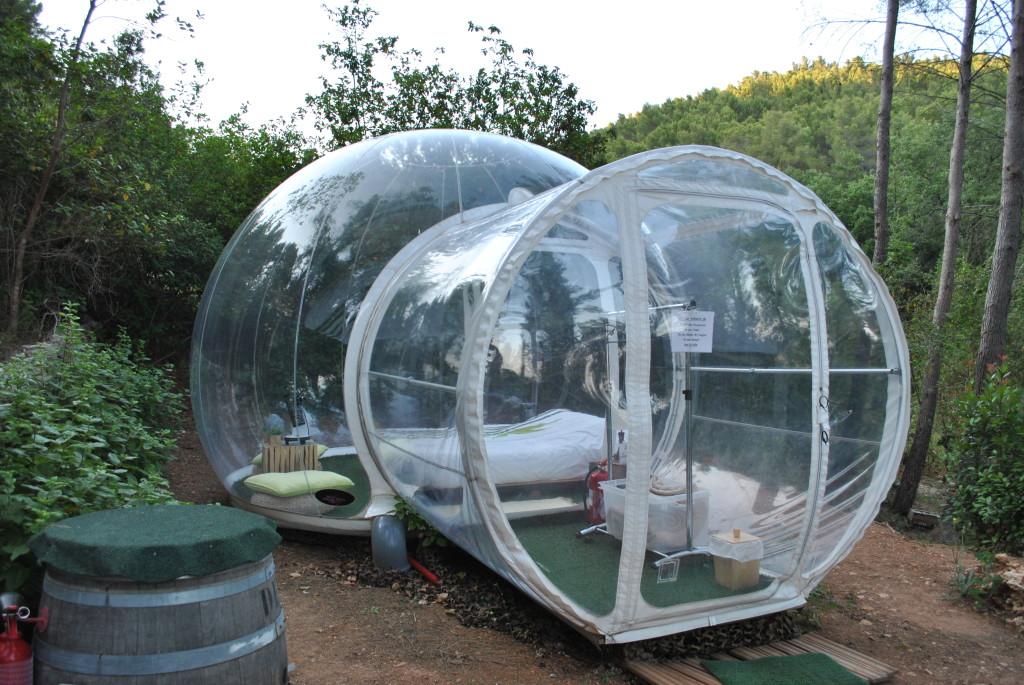 L'esperienza emozionale del dormire in una bolla trasparente, guardando il cielo