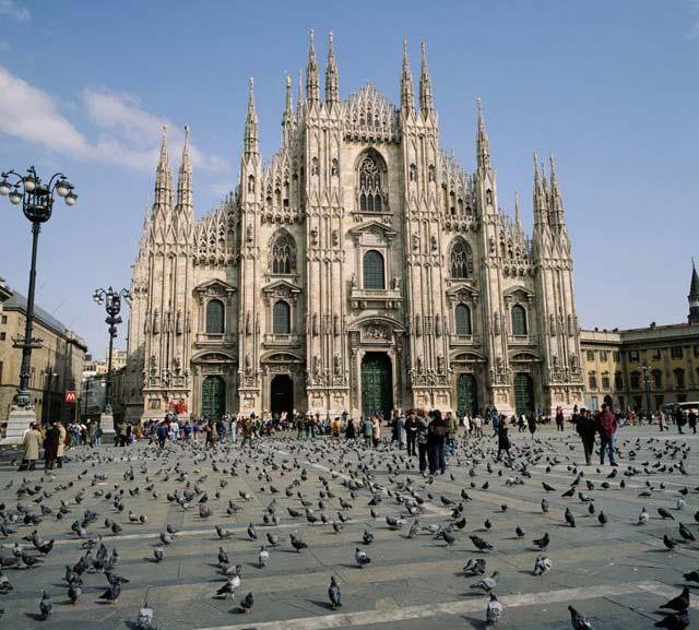 Farsi ricoprire di piccioni in Piazza Duomo