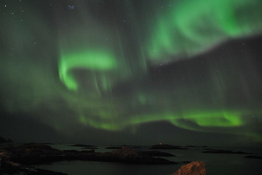 L'aurora boreale si specchia nel mare