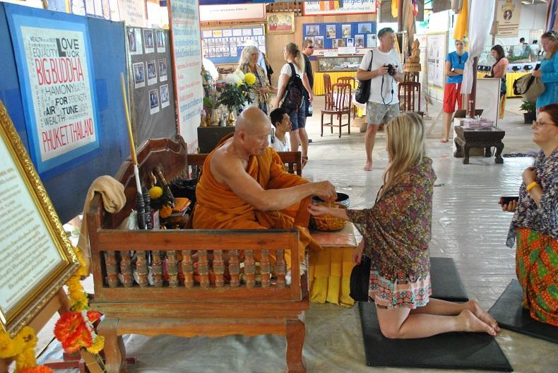La benedizione del Bonzo all'interno del Big Buddha di Phuket