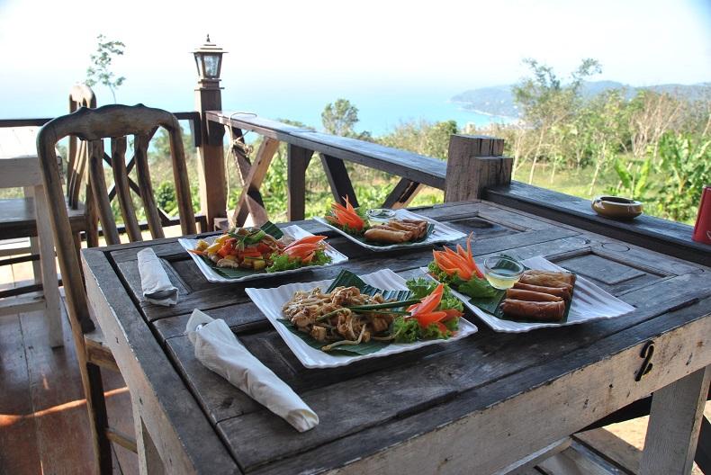 Pranzate con vista su Phuket, allontanandovi dai locali più turistici