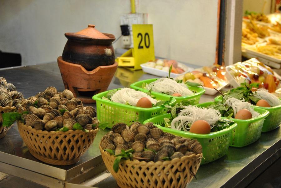 Le zuppe di noodles, verdure e uova da cuocere nella terrina