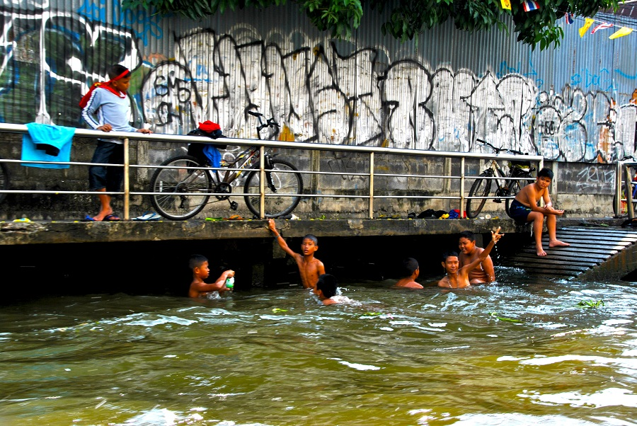 Bambini che fanno il bagno nel Chao Phraya