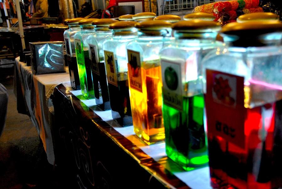 Bottiglie con beveroni colorati