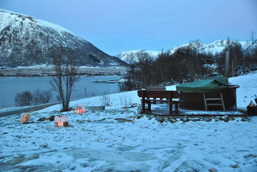Una delle esperienze folli in Norvegia: un tuffo nella Hot tube, la piscina in legno riscaldata... all'aperto