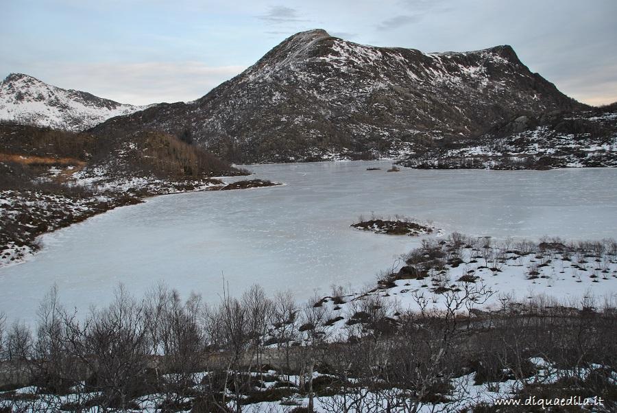 Vista del lago ghiacciato dall'alto