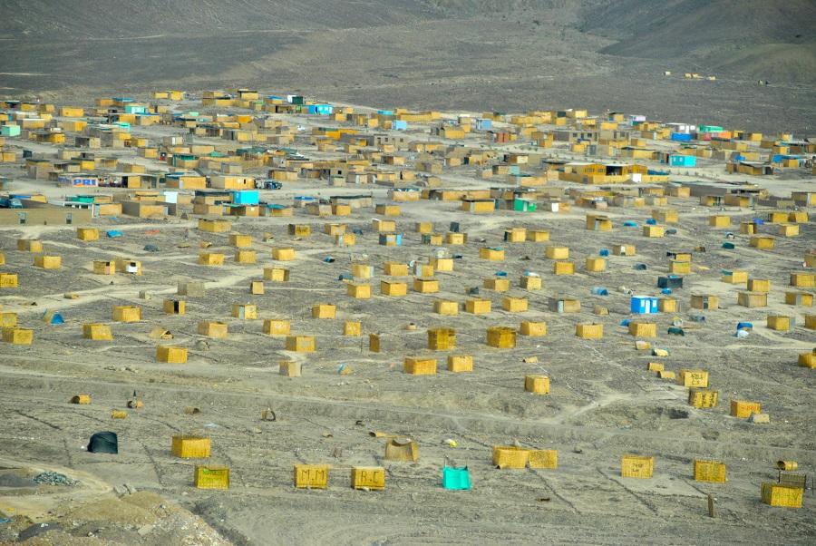 Baraccopoli lungo la pampa peruviana