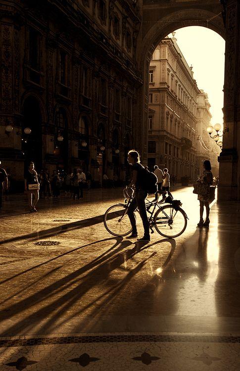 Un giro in bici in una Milano deserta