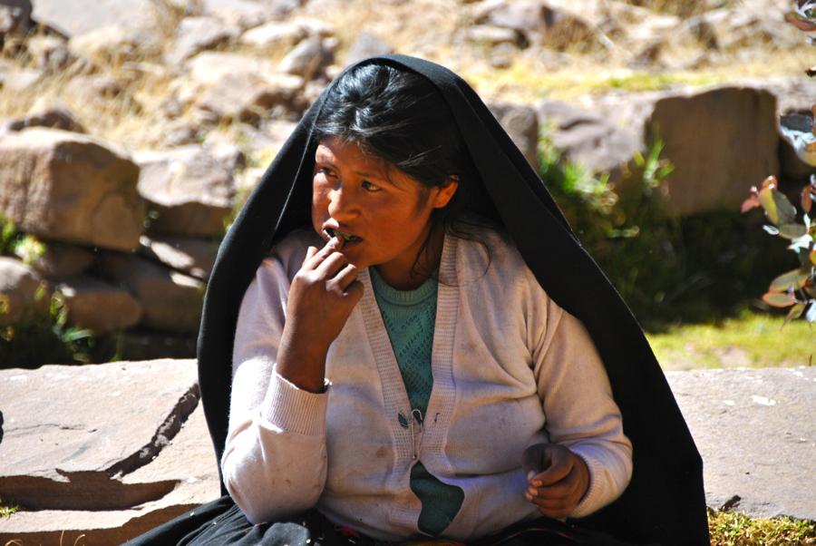 Donna dell'Isola di Taquile che mastica foglie di coca