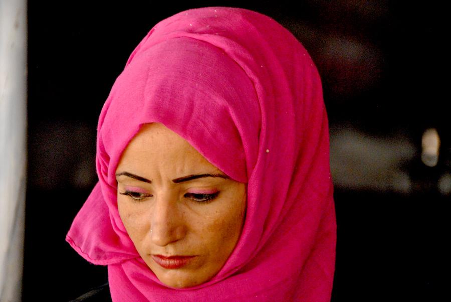Molte donne si tolgono il velo solo in presenza del proprio marito