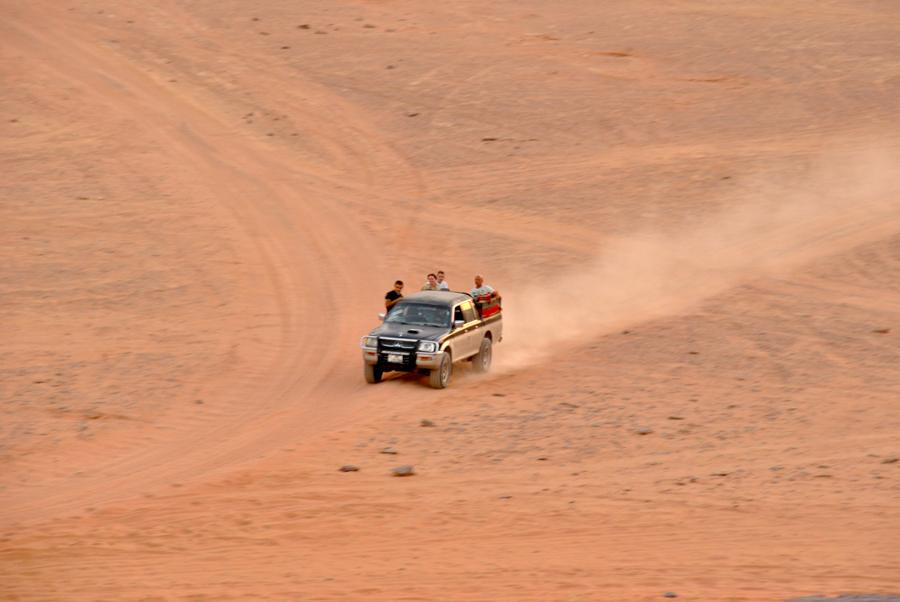 Gip che sfreccia nel deserto