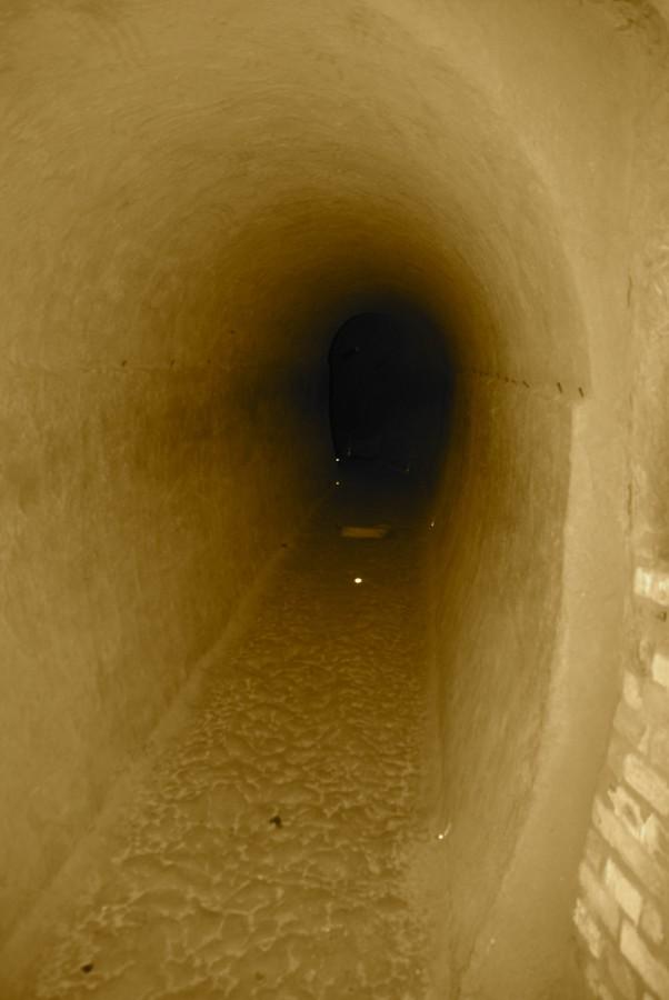 Un tunnel delle grotte tufacee
