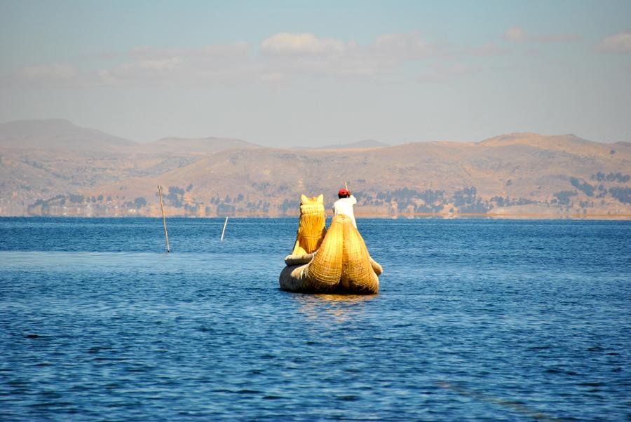 Uros su una barca di totora sul Lago Tititcaca
