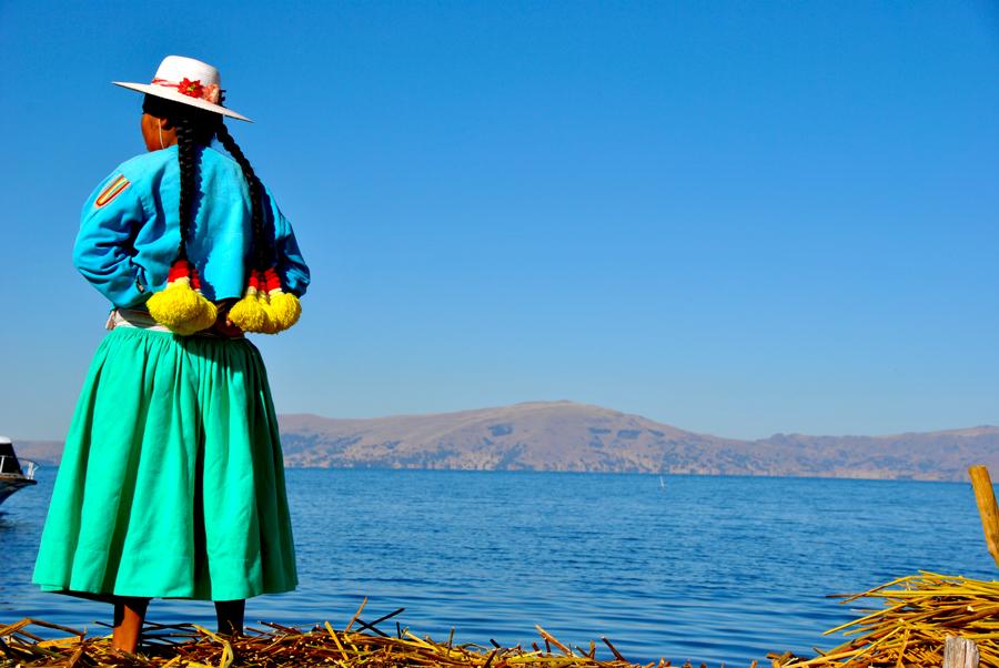Donna Uros con abiti locali