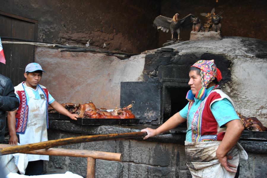 Street food a Pisac, Valle Sacra. Si cuociono empanadas