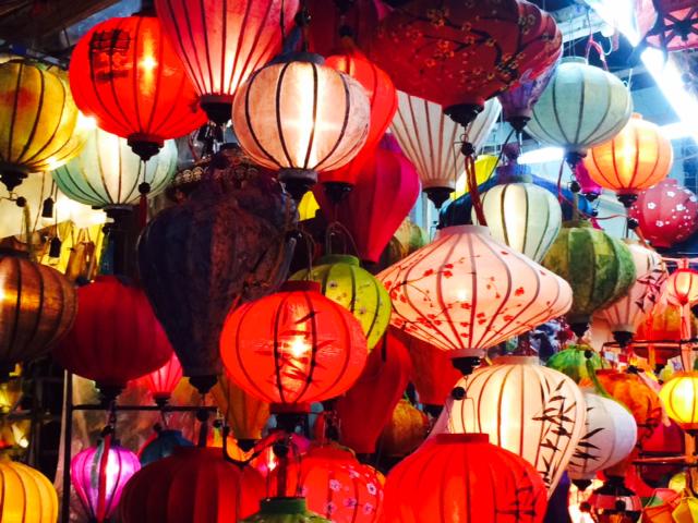 Hanoi di sera e lo spettacolo delle lanterne