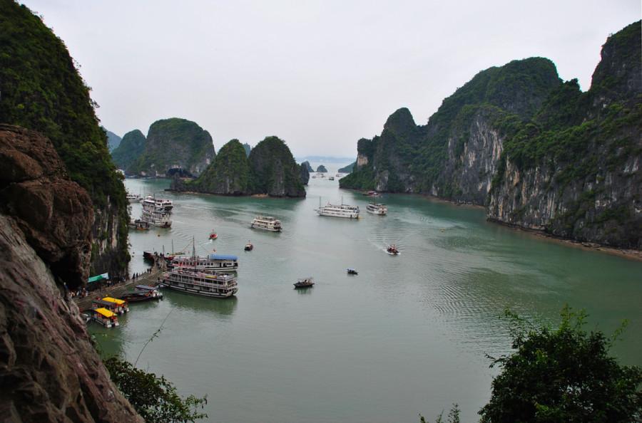 Vista di Halong dalle grotte
