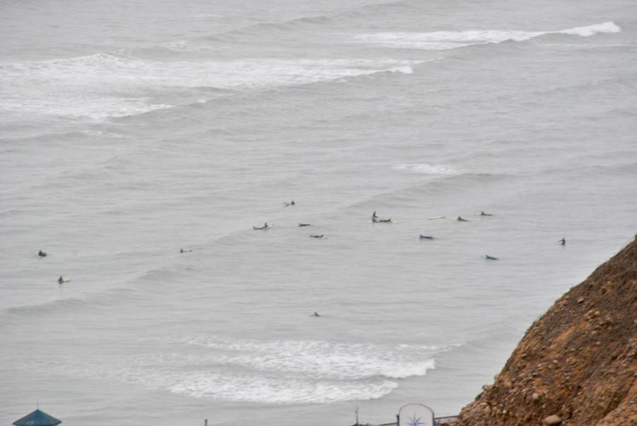 Surfisti e oceano a Lima