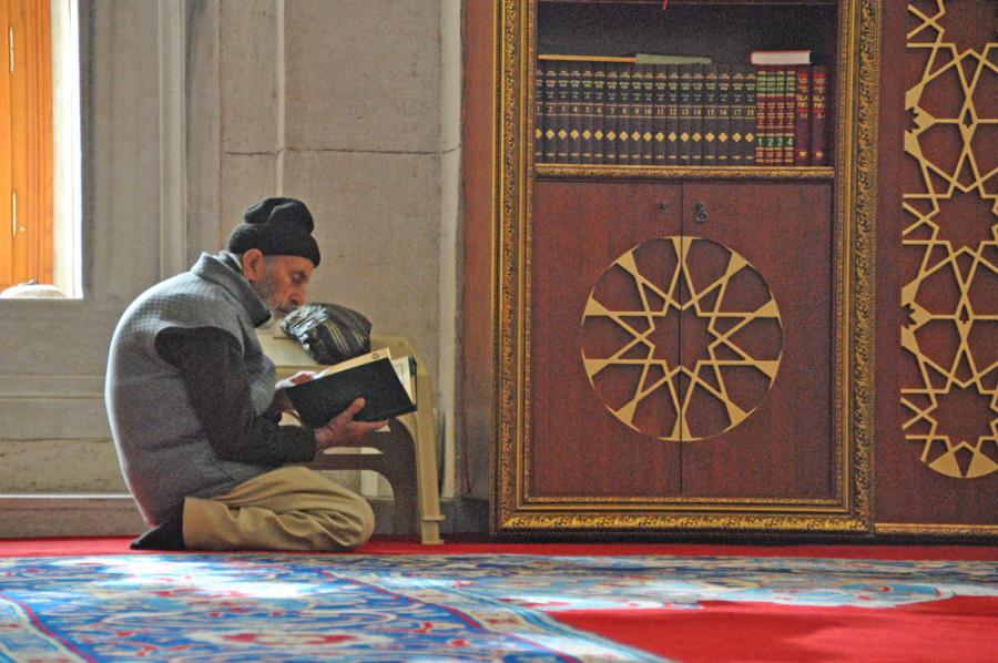 In preghiera ad Istanbul